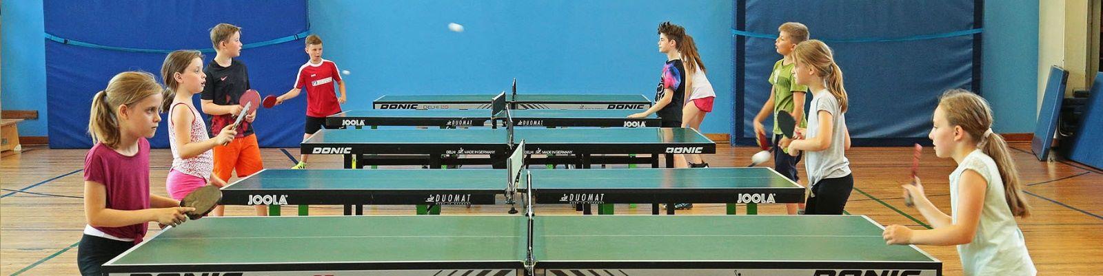 Kinder beim Tischtennisspielen